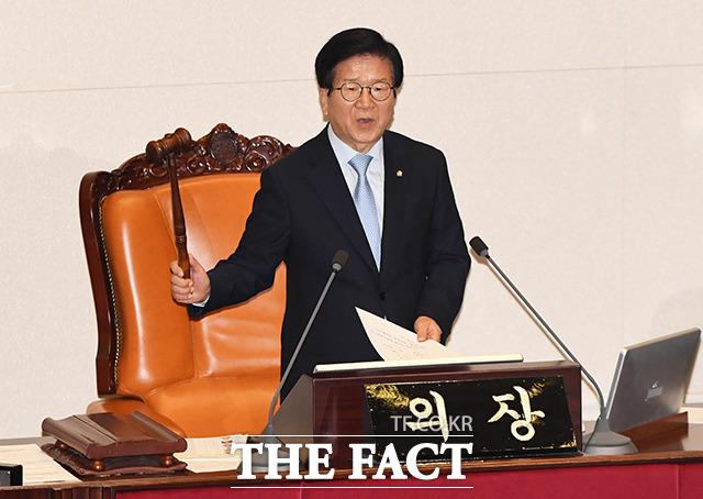 부결 알리는 박병석 국회의장.