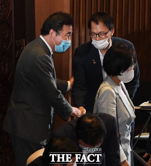 더불어민주당 당권 주자 이낙연 의원(왼쪽)과 또다른 후보 박주민 의원이 악수하고 있다.