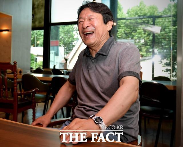 응수야, 그만 고민하고 하산해서 묻고 떠블로 가라. 김응수는 과거 최동훈 감독으로부터 영화 타짜(2006년 개봉) 시나리오를 받았을 당시 북한산 비봉에 올라 경험한 에피소드를 밝히며 활짝 웃었다. /이덕인 기자