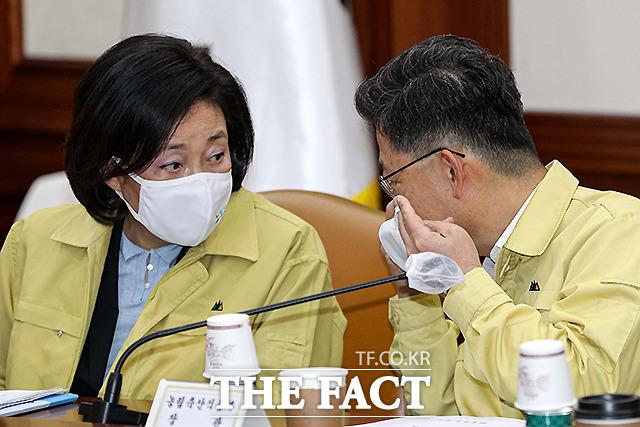 박영선 중소벤처기업부 장관(왼쪽)과 김현수 농림축산식품부 장관