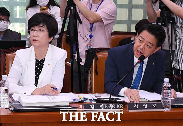 태영호 의원의 질의에 항의하는 김영호 더불어민주당 간사(오른쪽)