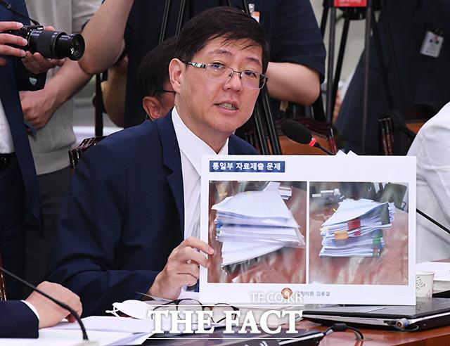 통일부의 자료제출 문제점을 지적하는 김홍걸 더불어민주당 의원