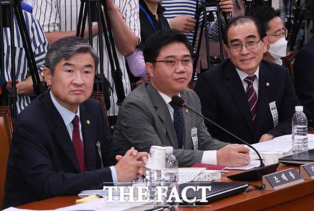 여유로운 표정으로 항의 듣는 태영호 의원(오른쪽)