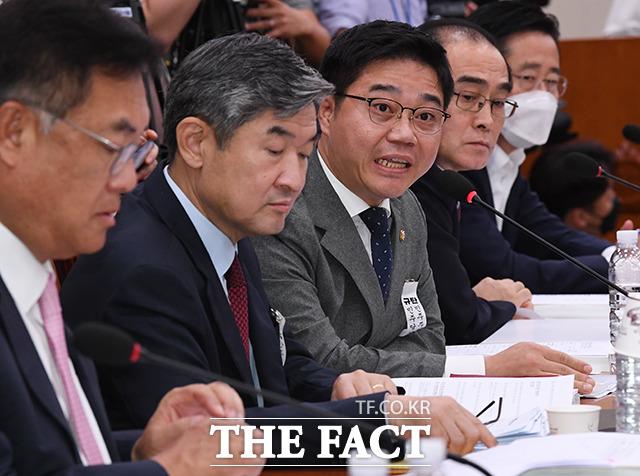 자료제출 요구하는 지성호 미래통합당 의원(가운데)