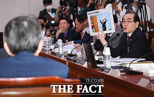 태영호 미래통합당 의원(오른쪽)이 23일 오전 서울 여의도 국회에서 열린 외교통일위원회 이인영 통일부 장관 후보자 인사청문회에 참석해 질의를 하고 있다. / 국회=배정한 기자
