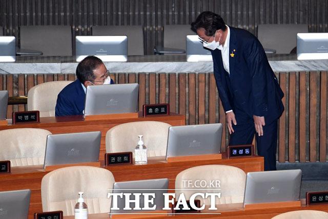 본회의 앞두고 인사 나누는 홍준표 무소속 의원(왼쪽)과 배진교 정의당 원내대표.