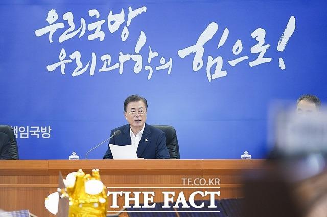 문재인 대통령이 23일 오전 대전시 유성구 국방과학연구소를 방문해 현황보고를 받은 뒤 발언하고 있다. /청와대 제공