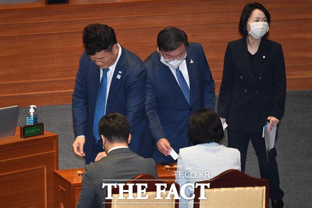 투표하는 김태년 원내대표(가운데)와 송영길 의원.