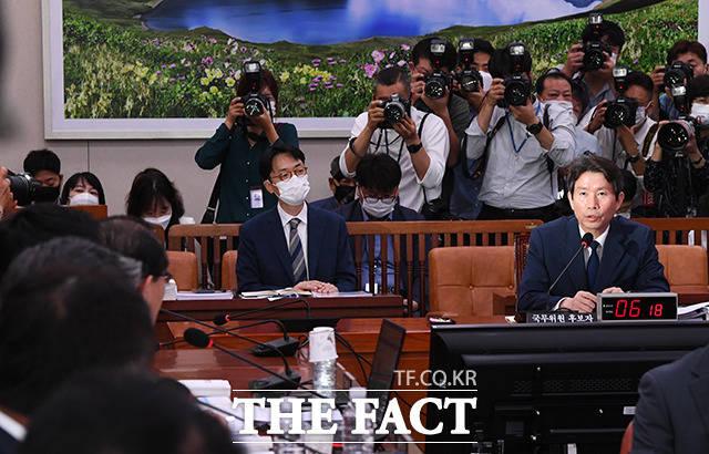 질의에 답변하는 이인영 후보자(오른쪽)