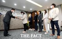 [TF포토] 더스쿠프, '인터넷선거보도상' 독립형 부문 수상