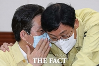 [TF포토] 귀엣말 나누는 성윤모 장관과 이호승 경제수석