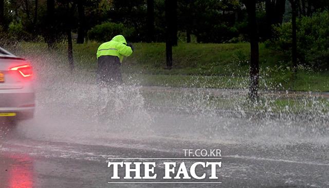 전국적으로 강한 비바람이 이어진 23일 오후 인천 중구 영종대로의 한 도로가 침수돼 차량이 이동 중 물보라를 보이고 있다. /이덕인 기자