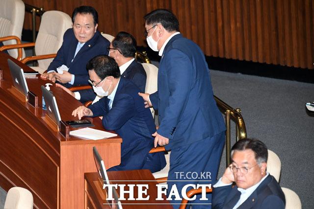 주호영 미래통합당 원내대표(왼쪽에서 두 번째) 찾아간 김태년 더불어민주당 원내대표.