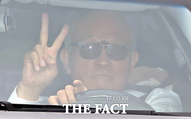 양창수 검찰수사심의위원장이 24일 오후 서울 서초구 대검찰청에서 열린 검언유착 의혹 관련 수사심의위원회에 참석하기 위해 차를 타고 청사 안으로 들어가고 있다. /이선화 기자
