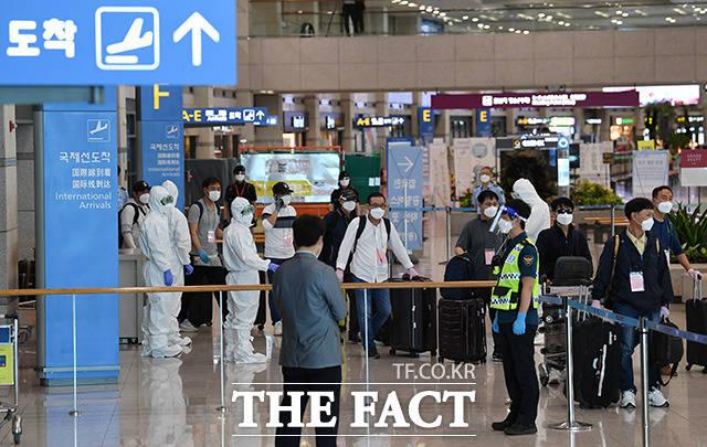 코로나19가 확산됨에 따라 공군 공중급유기(KC-330)로 긴급 이송된 이라크 파견 근로자들이 24일 오전 인천국제공항을 통해 귀국하고 있다. /인천국제공항=남용희 기자