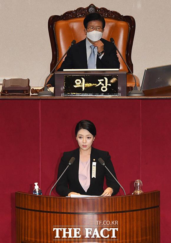배현진 통합당 의원(아래쪽)이 지난 23일 오후 국회에서 열린 본회의에서 참석해 추미애 장관 탄핵소추안에 대한 제안설명을 하고 있다. /배정한 기자