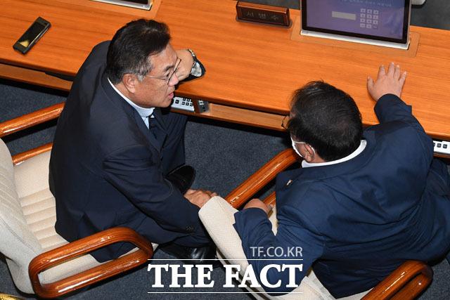 미래통합당 소속 정진석 국회 외교통일위원(왼쪽)과 대화하는 김 원내대표.