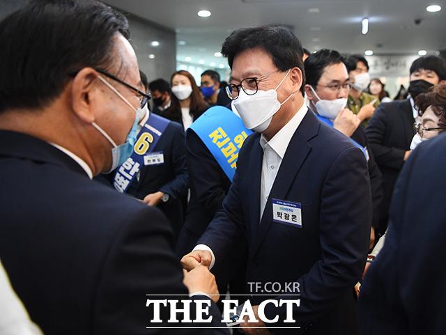 당대표에 도전하는 김부겸 전 의원(왼쪽)과 인사하는 박광온 최고위원