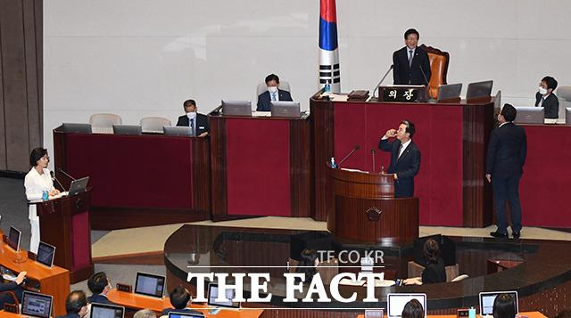 추미애 법무부 장관(왼쪽)이 지난 22일 오후 국회 본회의장에서 열린 21대 국회 첫 정치·외교·통일·안보에 관한 대정부질문에 참석해 김태흠 미래통합당 의원(가운데)의 질문에 답하는 과정에서 '싸우자'는 태도를 보이자, 김성원 통합당 원내수석부대표(오른쪽)가 박병석 국회의장에게 항의하고 있다. /배정한 기자