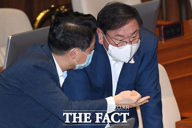 민주당 소속 여당 간사 김영호 의원(왼쪽)과 대화하는 김 원내대표.