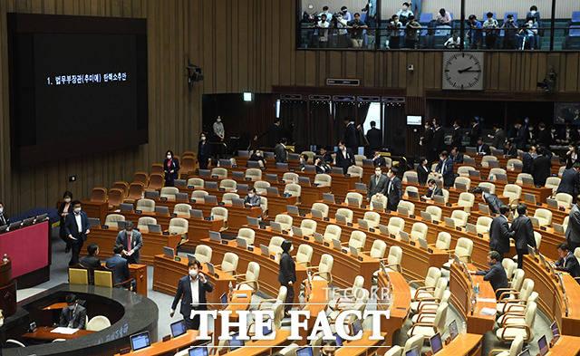 지난 23일 오후 국회 본회의에서 국회의원들이 추미애 법무부 장관에 대한 탄핵소추안 투표를 하고 있다. 결과는 재적 의원 292명 가운데 찬성 109명, 반대 179명, 무효 4표로 부결됐다. /배정한 기자