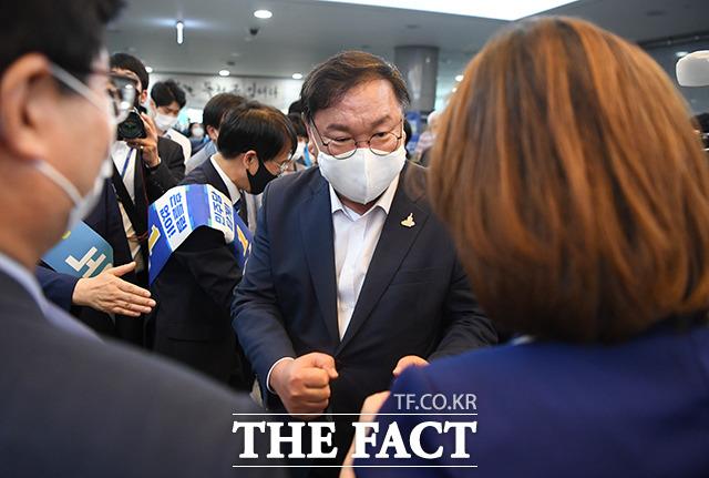 최고위원 후보들과 인사하는 김태년 원내대표(가운데)
