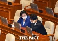 [TF포토] 배현진-박성준, '여야 원내대변인 본회의장 미팅'