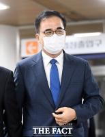 [TF사진관] '형량감형'...여유있게 법정 나서는 김종 전 차관