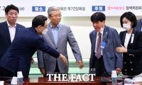 [TF포토] 참전용사 안내하는 김종인-주호영