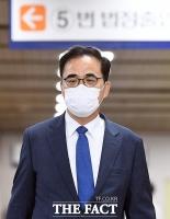 [TF포토] 담담한 표정으로 법정 향하는 김종 전 차관
