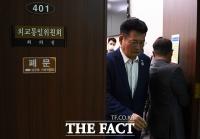 [TF포토] 회의실 나서는 송영길 위원장