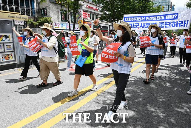 자주통일선봉대 소속 회원들이 25일 오후 서울 서대문구 신촌역 일대에서 미국 반대 구호를 외치며 행진하고 있다. /이동률 기자