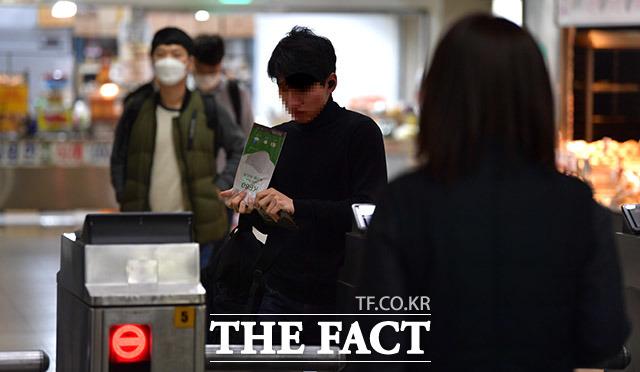 서울시는 스마트폰 앱으로 마스크 미착용자를 신고할 수 있는 제도 도입을 한다고 26일 밝혔다. /이덕인 기자