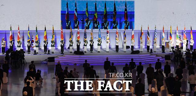 행사장에 도열한 참전국 국기