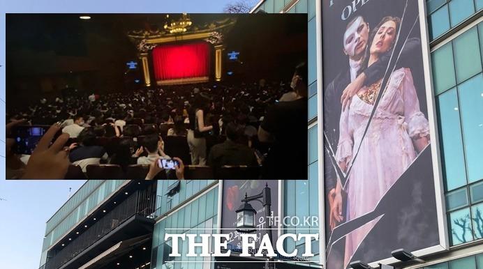 토요일인 지난 25일 서울 이태원동 블루스퀘어 인터파크홀에서 펼쳐진 '오페라의 유령' 오리지널 공연은 '좌석 띄기' 없이 1700여석을 꽉 채웠다. 발열체크 등을 마친 뒤 입장한 관객들은 마스크만 쓴 채 공연을 즐겼다. /강일홍 기자