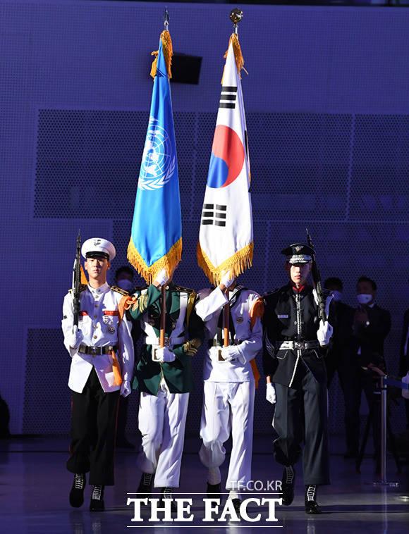 행사장 들어서는 한국과 유엔 국기