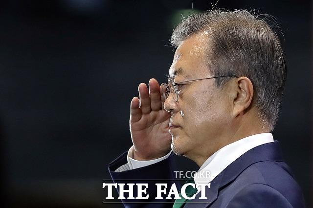 탈북민 김 모(24) 씨가 최근 강화도 일대에서 군사분계선(MDL)을 넘어 재입북한 것으로 추정되면서 우리 군의 경계 실패에 대한 비판이 커지고 있다. 지난 2018년 국군의 날 기념식에서 거수경례하는 문 대통령. /청와대 제공