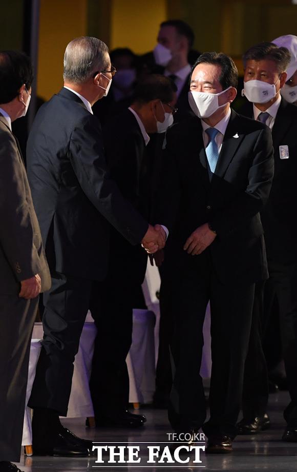 정세균 국무총리(오른쪽)과 김종인 미래통합당 비상대책위원장이 악수를 나누고 있다.