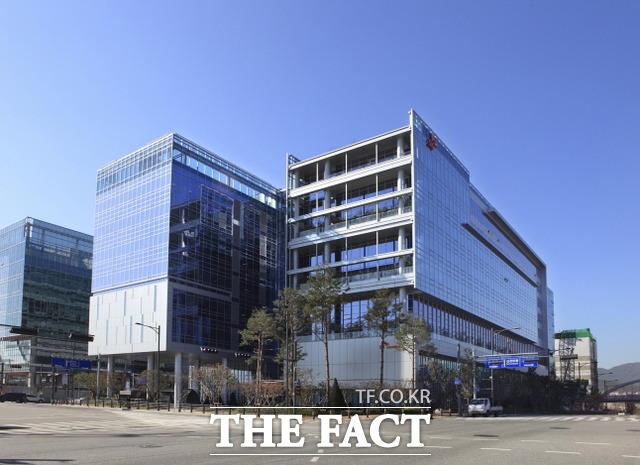 게이츠 재단은 지난 5월 44억 원의 연구개발비를 SK바이오사이언스의 코로나19 백신 개발에 지원하기로 했다. /더팩트 DB