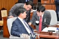 [TF포토] 대화 나누는 전해철 정보위원장과 김병기-하태경 간사