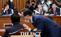 [TF포토] 하태경, '학적부 공개하라'… 박지원은 '속닥속닥'
