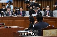 [TF사진관] '학력위조-채무 문제' 헤쳐나가는 박지원 국정원 후보자