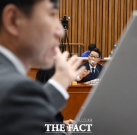 [TF포토] '학력 위조' 의혹 놓고 공방전 펼치는 하태경-박지원