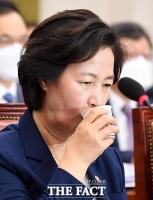 [TF포토] 물 마시는 추미애 장관