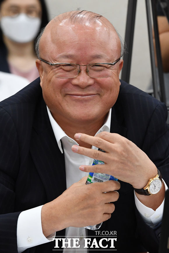 뜻밖의 야당 간사 선임 이의제기에 웃음 나온 김희국 미래통합당 의원.