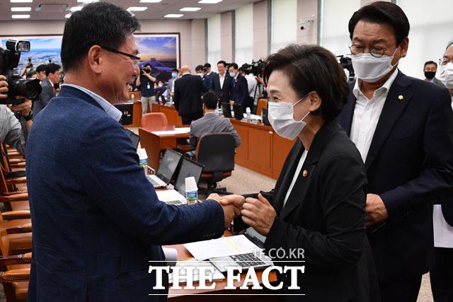 이헌승 간사(왼쪽) 찾아 인사하는 김현미 국토부 장관.