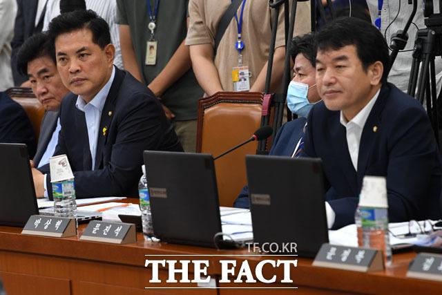 오피스텔과 아파트 2채를 소유하고 있는 더불어민주당 박상혁 의원(오른쪽에서 두 번째).