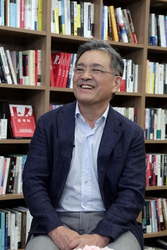 권오현 삼성전자 상임고문이 28일 삼성전자의 세계 최초 64메가 D램 개발 28주년을 앞두고 진행된 사내 방송 인터뷰에서 최고경영자층 리더십의 중요성을 거듭 강조했다. /삼성전자 제공