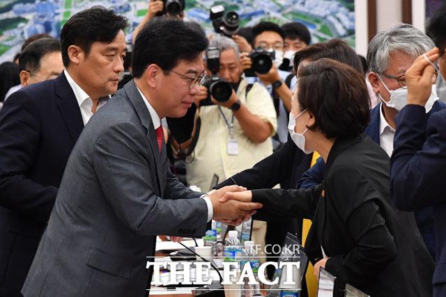 장관님 덕(?) 많이 봤습니다 김현미 장관과 악수하는 정동만-송언석 의원.