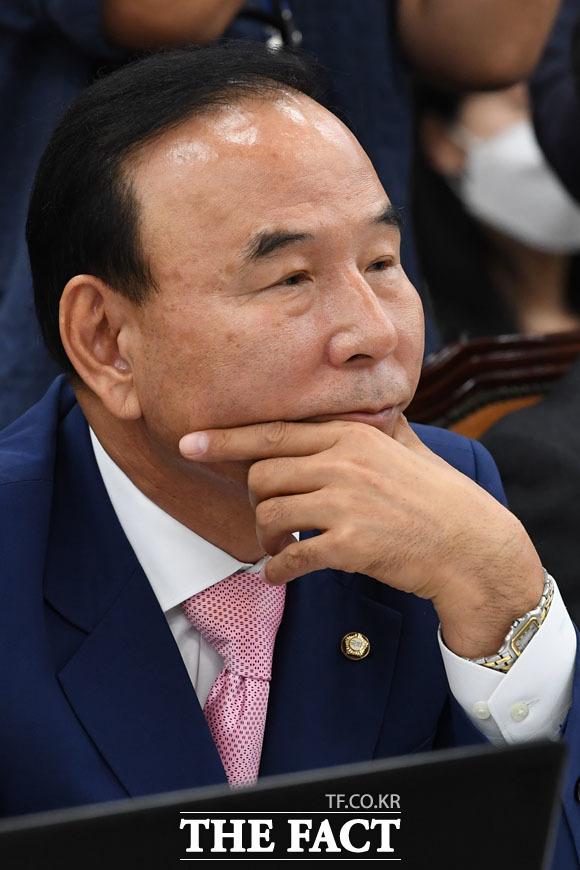 문정복 의원 발언을 듣는 박덕흠 미래통합당 의원.